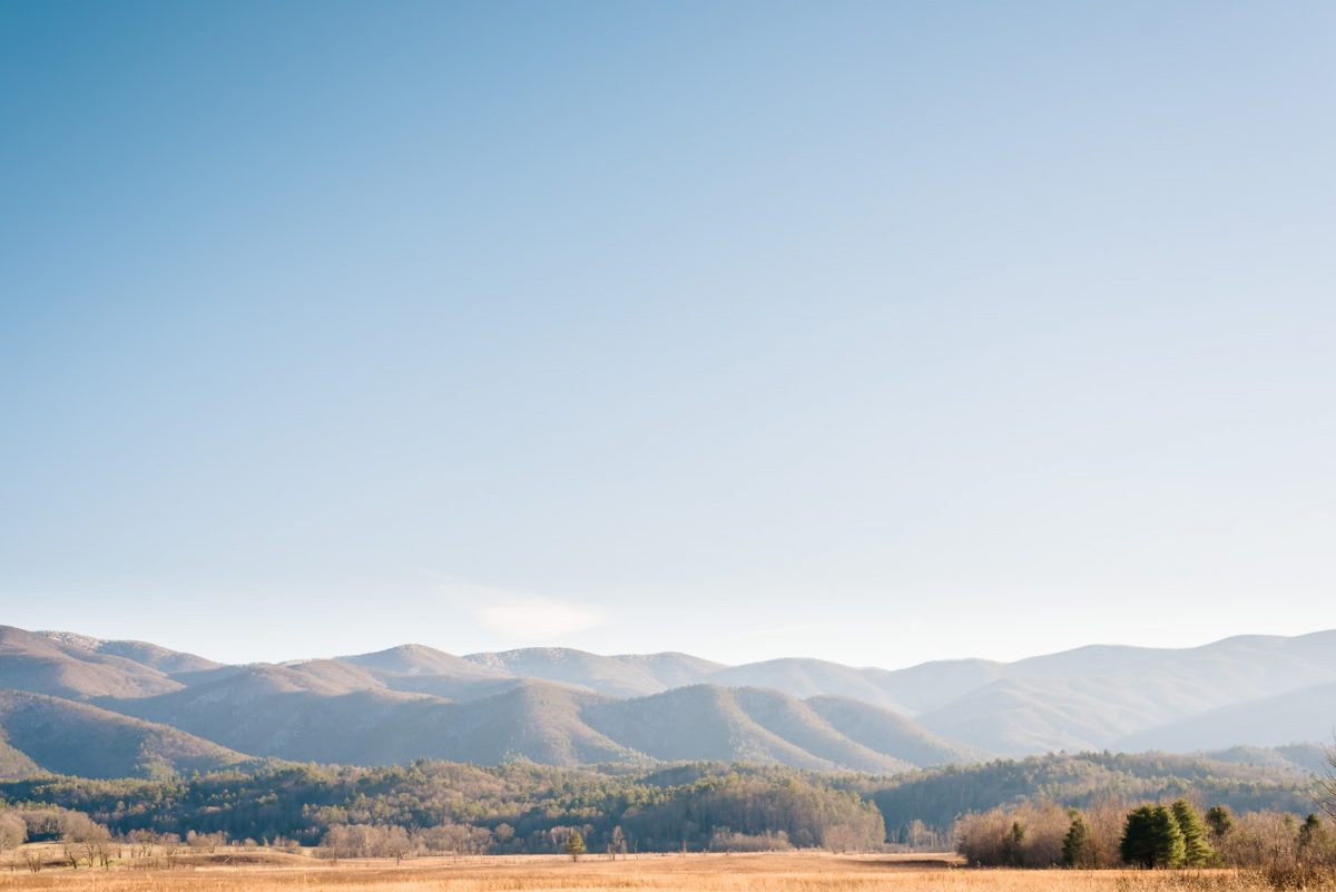 WINTER VIEW OF cADES COVE MOUNTAINS AND BLUE SKY IN tENNESSEE