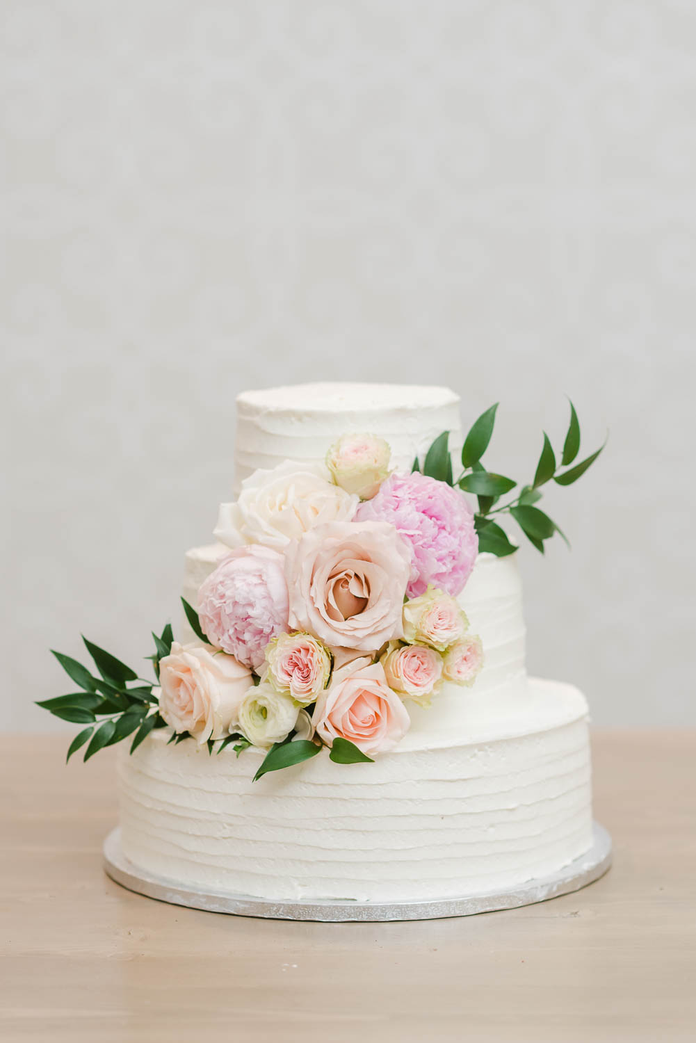 white weding cake with real flowerscake