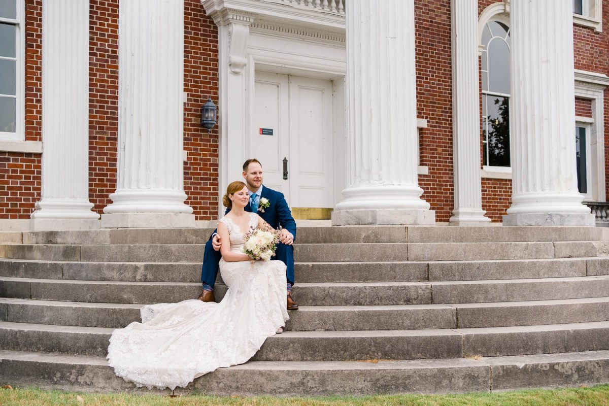 couplesitting on the steps at Hunter Muesum in Chattanooga